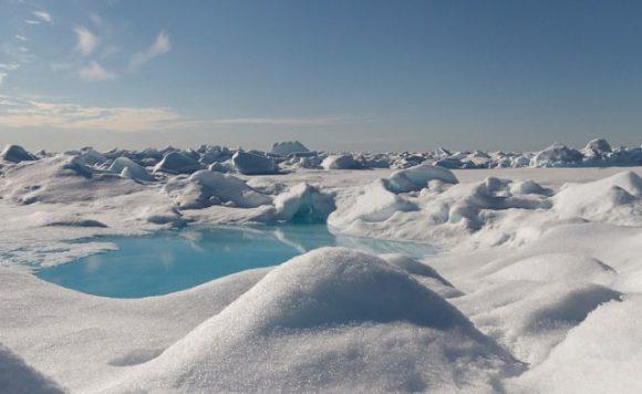 В Арктике, Альпах и Пиренеях теперь идет снег из пластика